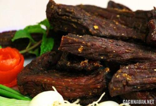 thit lon kho gac bep 1 Cách làm thịt lợn khô gác bếp truyền thống của người Thái