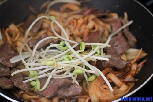 cach nau pho xao thit bo - Cách nấu phở xào thịt bò thơm lừng ai cũng mê