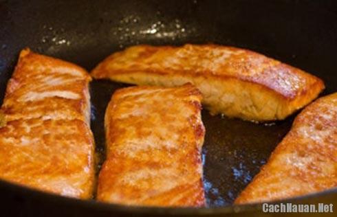 ran ca hoi ngon - Cách chế biến món cá hồi chiên thơm ngon