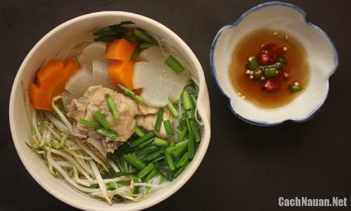cach nau hu tieu ham xuong - Cách nấu hủ tiếu hầm xương và củ cải cuối tuần