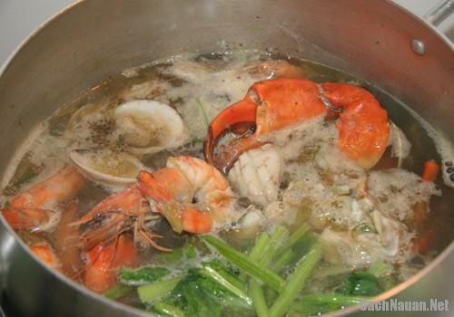 lau cua dong hai san 4 - Cách nấu lẩu cua đồng hải sản thơm ngon