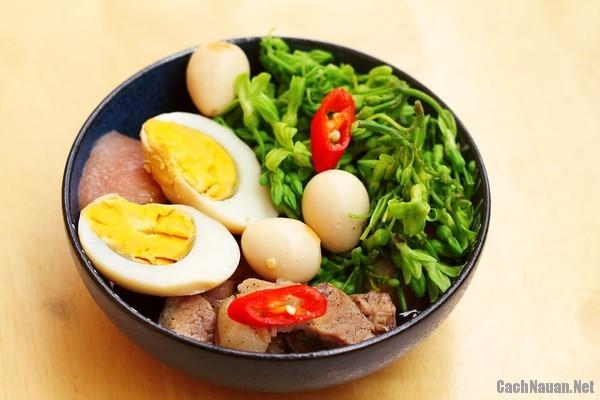 mon thit kho trung 2 - Cách làm món thịt kho trứng đậm đà ngon cơm