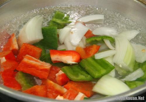xuc xich xao ot chuong - Cách làm xúc xích xào ớt chuông