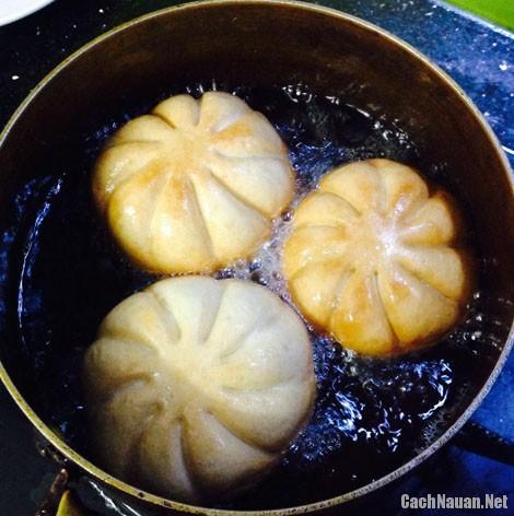 banh bao chien 4 - Cách làm bánh bao chiên chấm nước sốt sườn xào chua ngọt