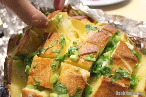 banh blooming onion bread 2 - Cách làm món Blooming Onion Bread thơm ngon