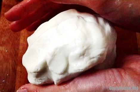 cacnh lam banh ran man 5 - Cách làm bánh rán mặn nóng hổi cả nhà đều mê