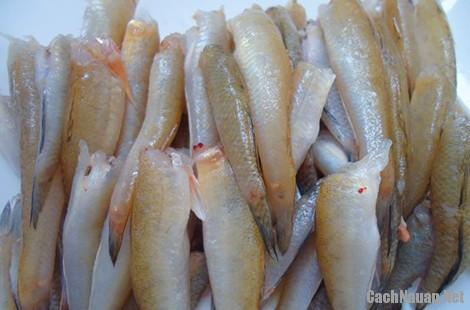 mon ca bong sot cay 1 - Cách làm món cá bống sốt cay ngọt lạ miệng, trôi cơm