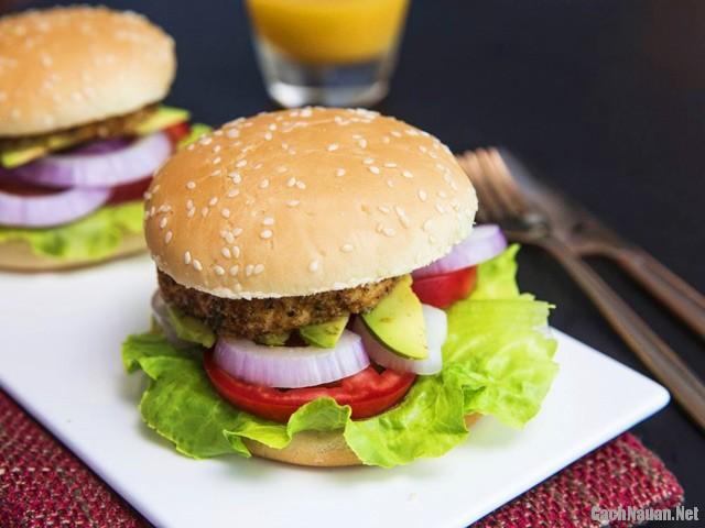 banh humbuger thit ga 101 - Cách làm bánh hamburger kẹp thịt gà cho bữa sáng