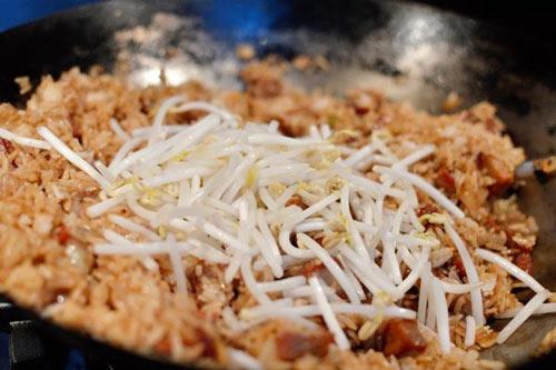com rang thit xa xiu 3 - Cách làm món cơm rang thịt xá xíu đầy hấp dẫn