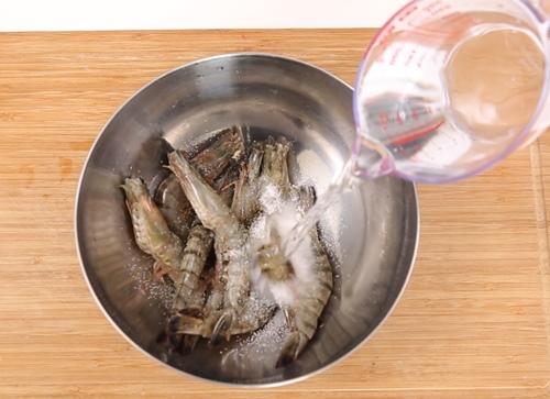 tom sot chua ngot 1 - Cách làm món tôm sốt chua ngọt trôi cơm vô cùng