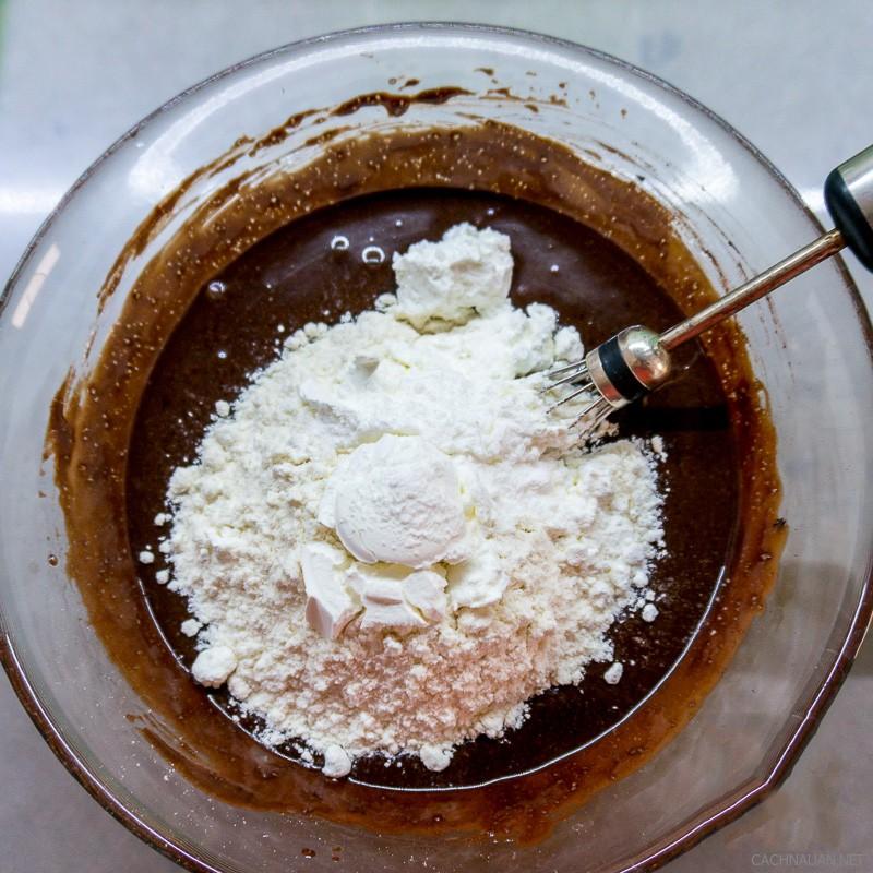 cach lam banh cupcake chocolate mem min ngon chua tung thay 3 - Cách làm bánh cupcake chocolate mềm mịn ngon chưa từng thấy