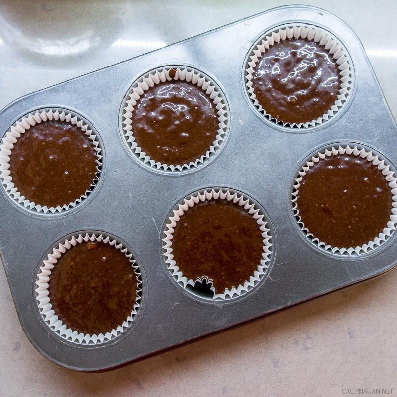 cach lam banh cupcake chocolate mem min ngon chua tung thay 4 - Cách làm bánh cupcake chocolate mềm mịn ngon chưa từng thấy