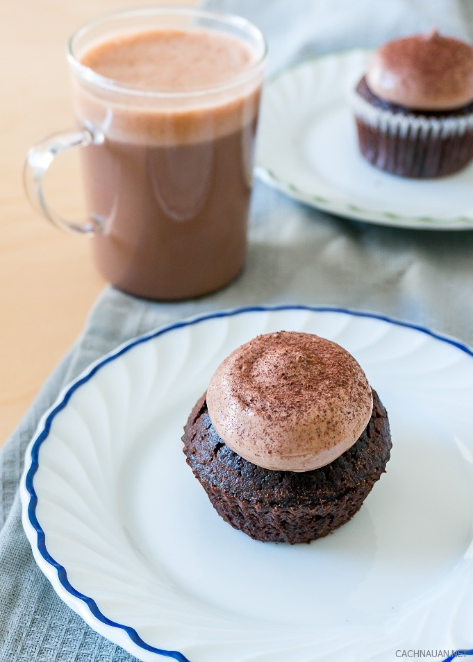 cach lam banh cupcake chocolate mem min ngon chua tung thay 5 - Cách làm bánh cupcake chocolate mềm mịn ngon chưa từng thấy