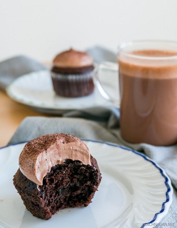 cach lam banh cupcake chocolate mem min ngon chua tung thay 6 - Cách làm bánh cupcake chocolate mềm mịn ngon chưa từng thấy