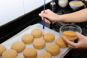 cach lam banh trung thu nuong nhan sua dua thom ngay 2 300x200 - Cách làm bánh trung thu nướng nhân sữa dừa thơm ngậy
