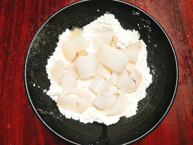 cach lam muc chien xoc muoi ot thom ngon 3 - Cách làm mực chiên xóc muối ớt thơm ngon